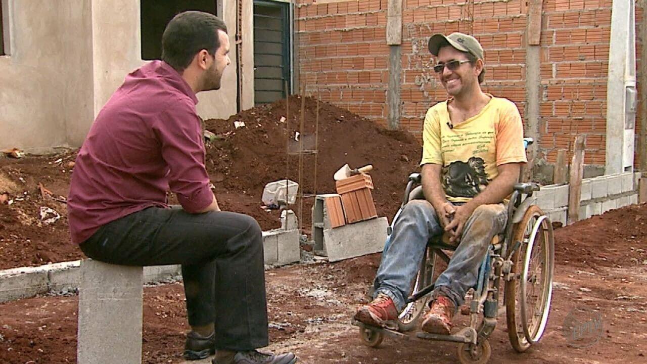 Sem emprego por causa de deficiência, pedreiro prova que capacidade supera preconceito