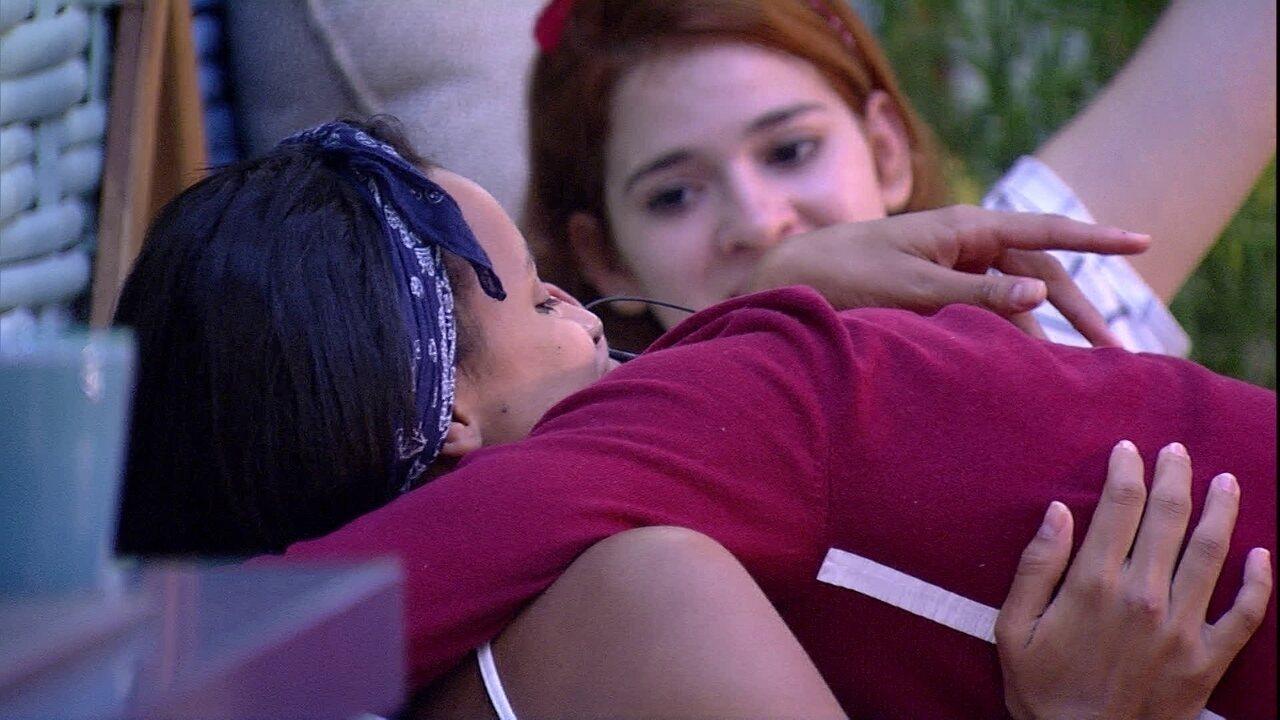 Gleici, Ayrton e Ana Clara se abraçam