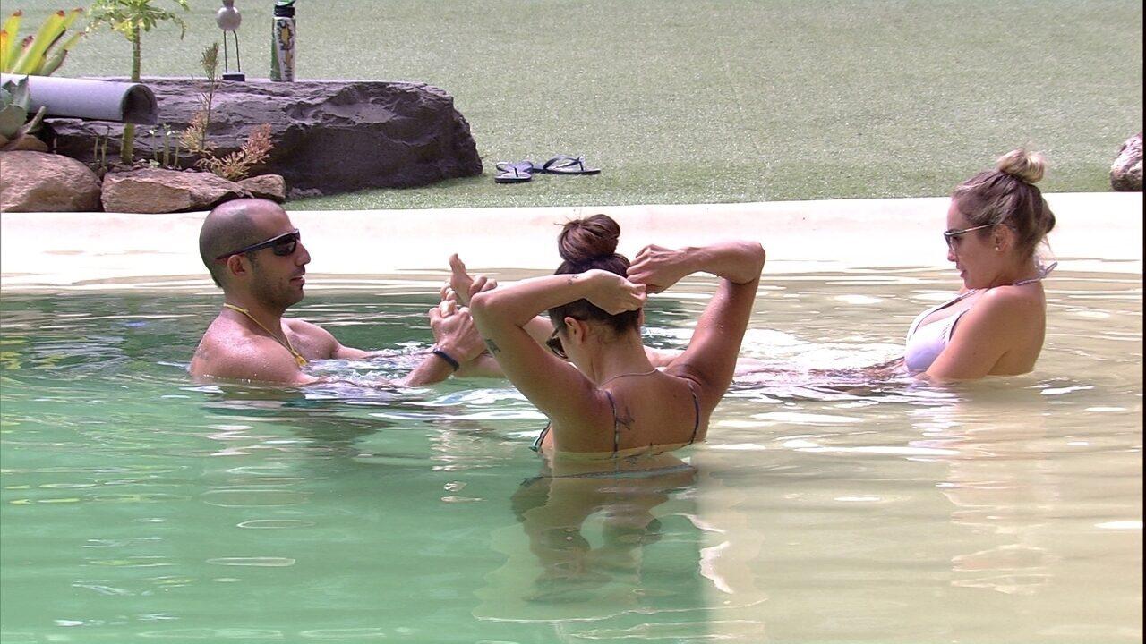 Kaysar brinca com pés de Jéssica na piscina