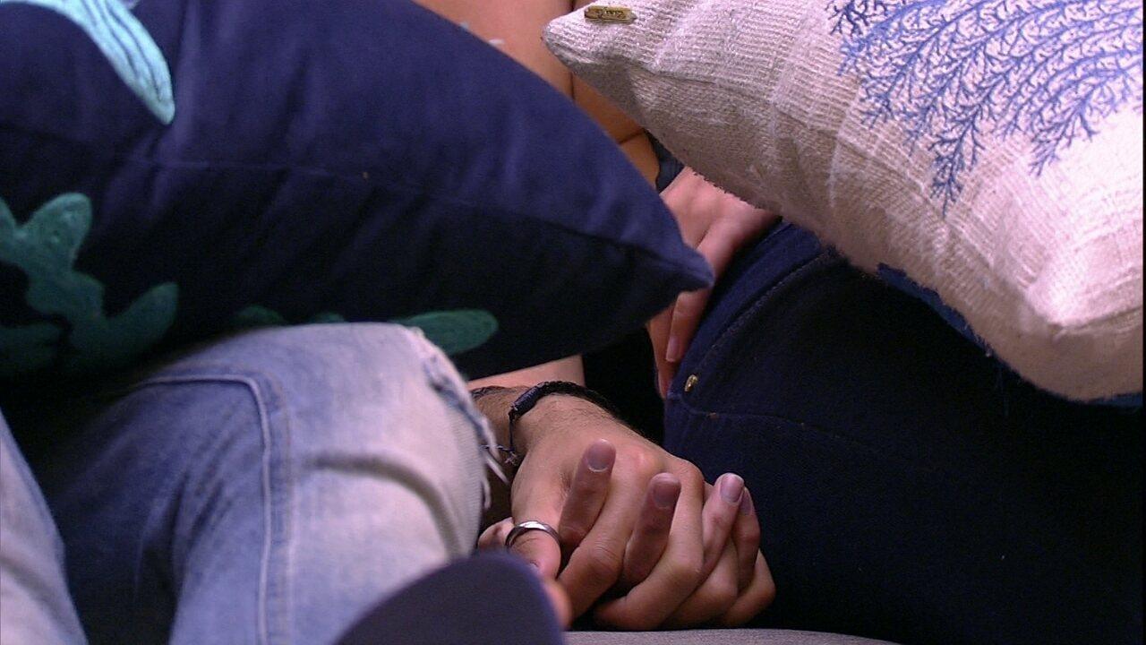 Kaysar e Jéssica ficam de mãos dadas na sala do BBB