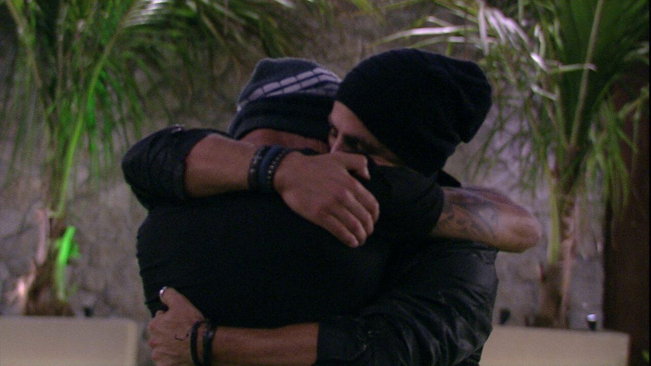 Ayrton e Kaysar se abraçam no gramado