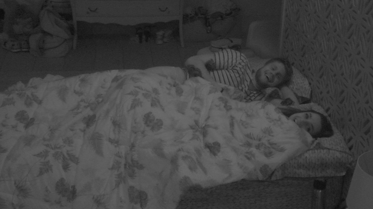 Paula entrega sobre dormir com Breno: 'Quase caí da cama'