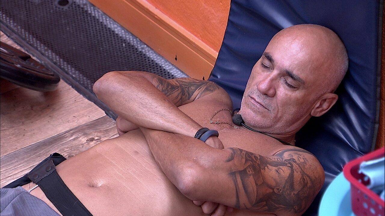 Ayrton cochila no chão da academia
