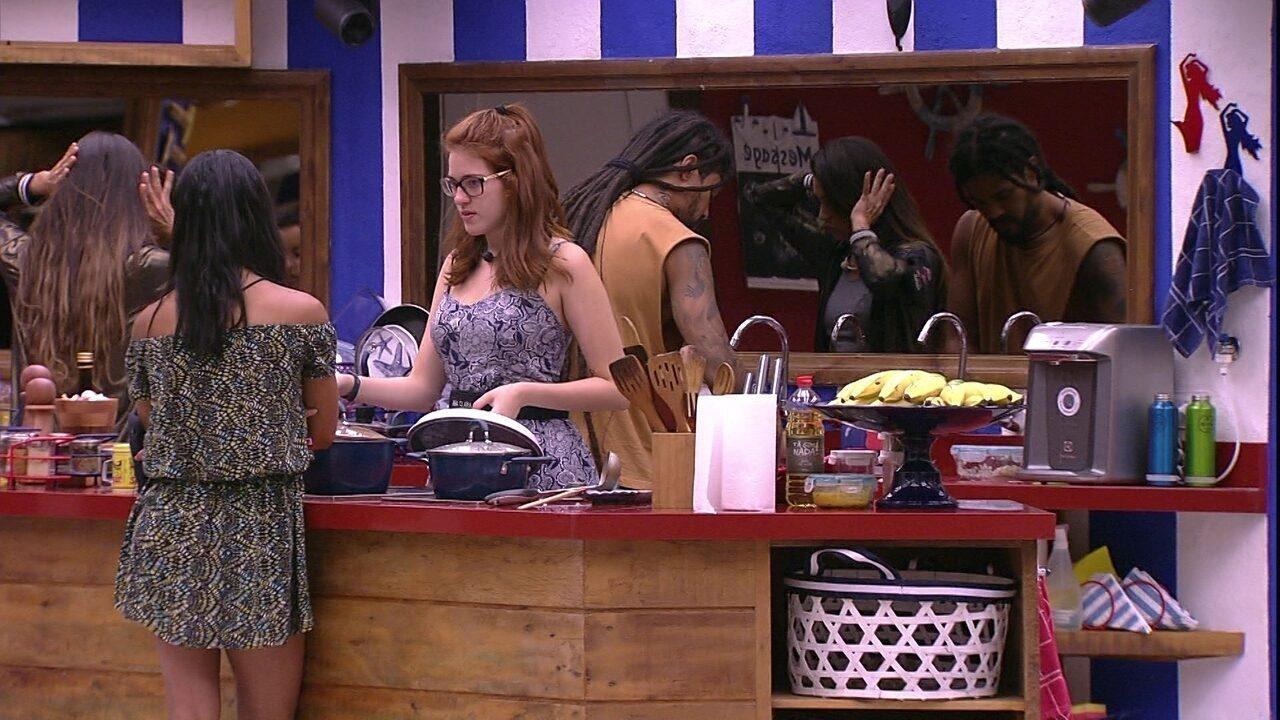 Ana Clara mostra marca no braço para Gleici e sister responde: 'Já me mostrou mil vezes'