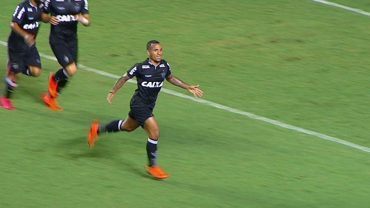 Gol do Atlético-MG! Otero chuta, bola desvia na zaga e engana Léo, aos 28 do 1º tempo
