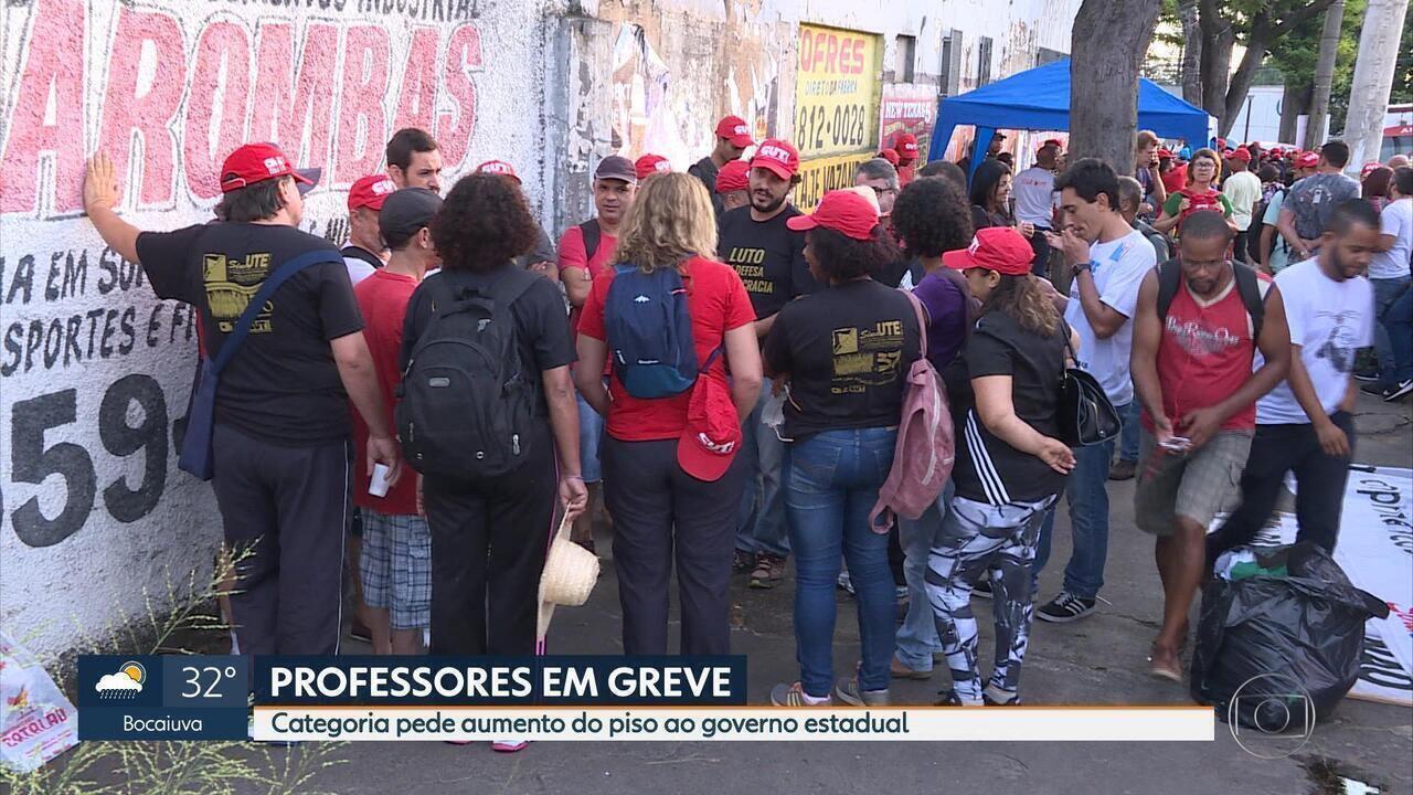 Servidores estaduais da Educação em greve fazem caminhada entre Contagem e BH