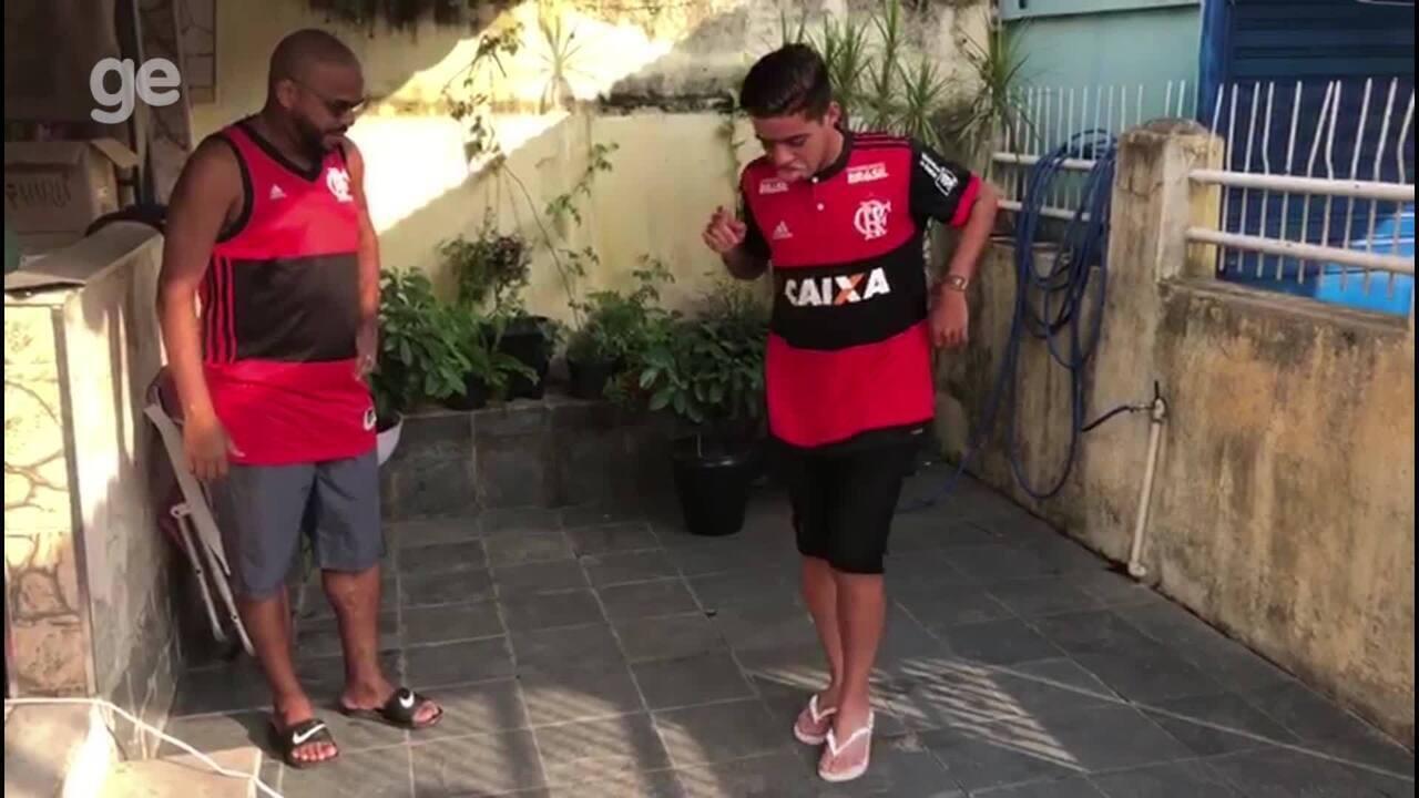Herói no sub-17 João Gabriel ensina Lê, seu pai e o herói da Mercosul, a sambar