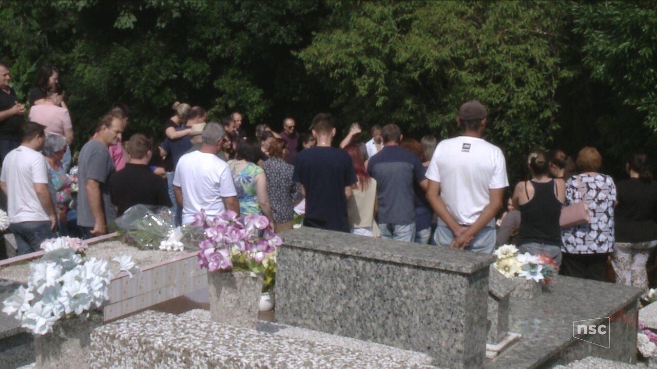 Corpos de mãe e filha encontradas mortas dentro de casa são enterrados em Blumenau