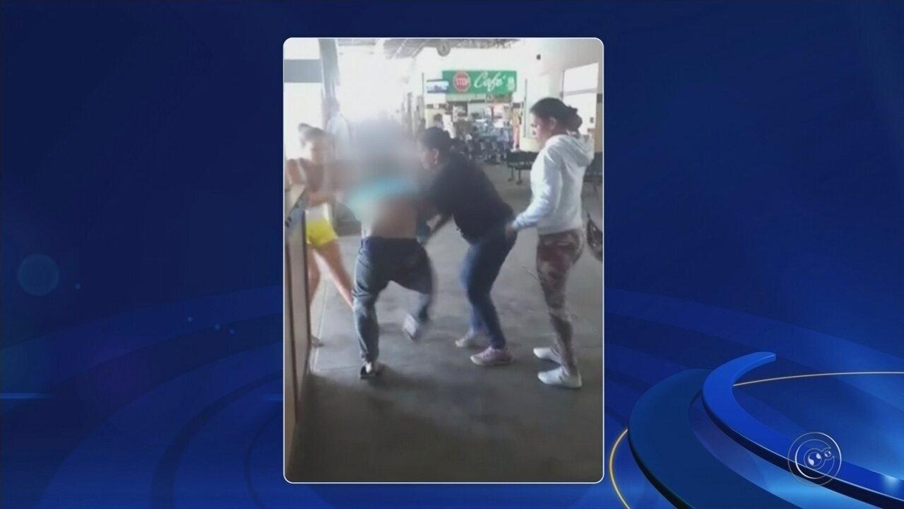 Mulheres agridem suspeito de assediar adolescente em rodoviária