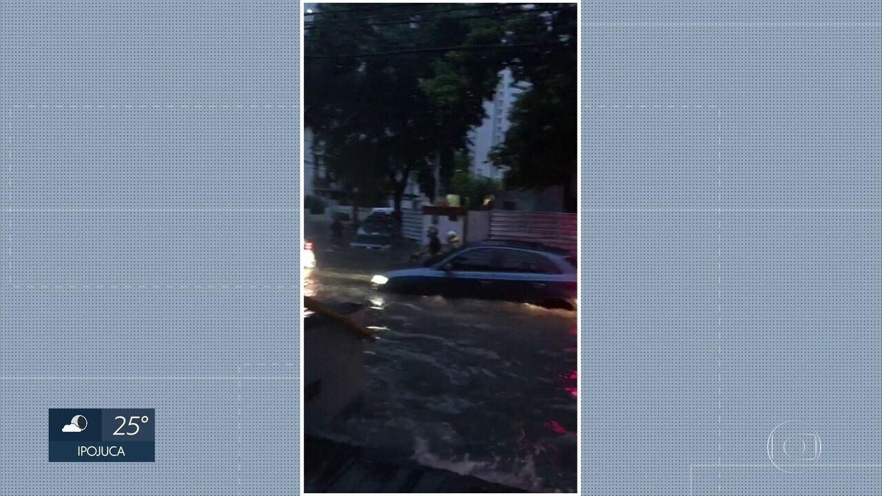 Chuvas alagam ruas no Recife e dificultam o trânsito