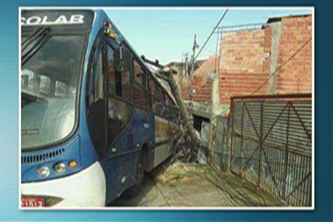 Ônibus escolar bate numa casa em Itaquaquecetuba