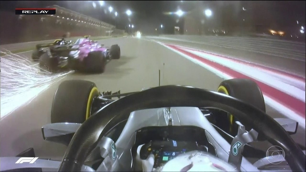 Hamilton ultrapassa três carros de uma só vez