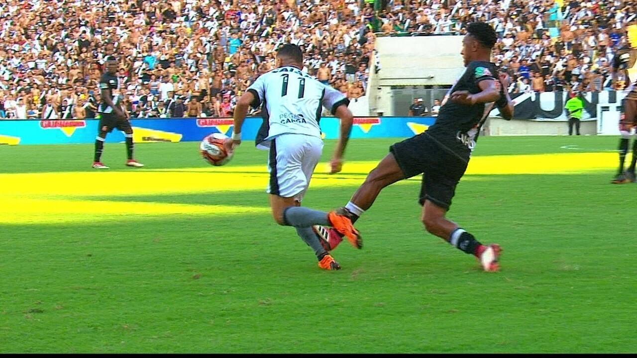 Expulso! Fabricio dá pisão violento em Luiz Fernando e sai do jogo, aos 36 do 1º tempo