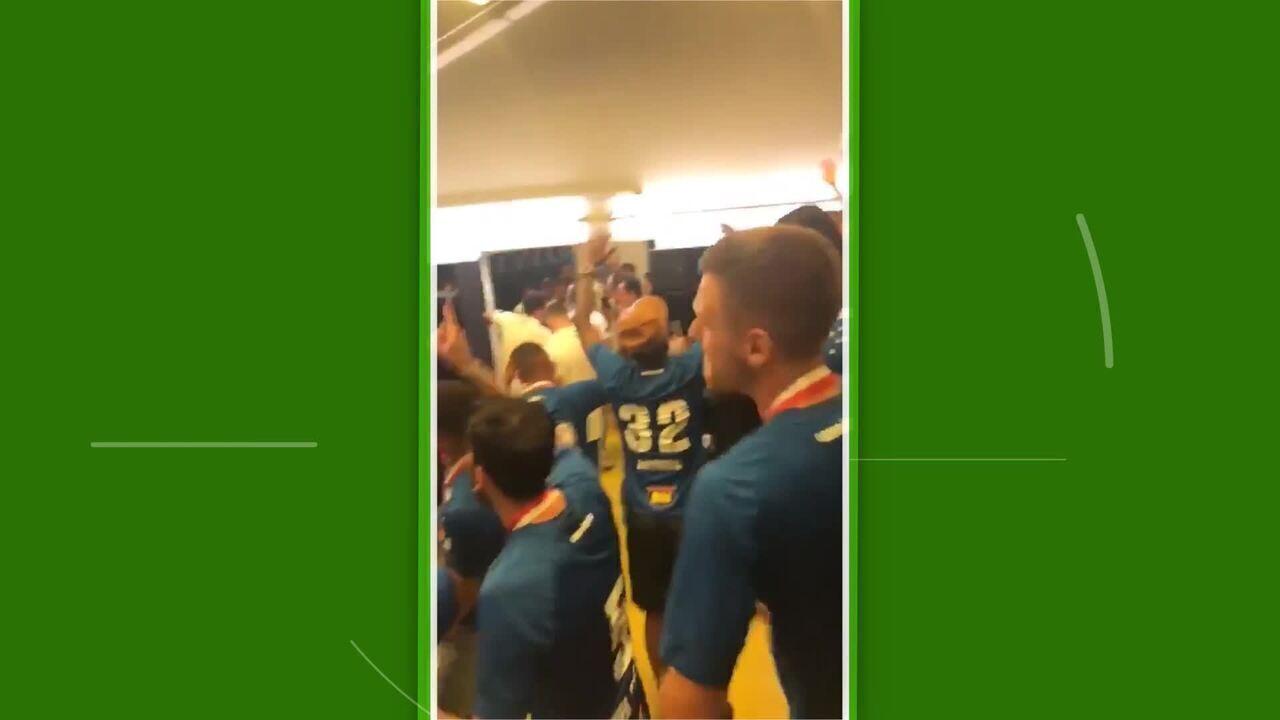 Após título Mineiro, jogadores do Cruzeiro fazem a festa em vestiário