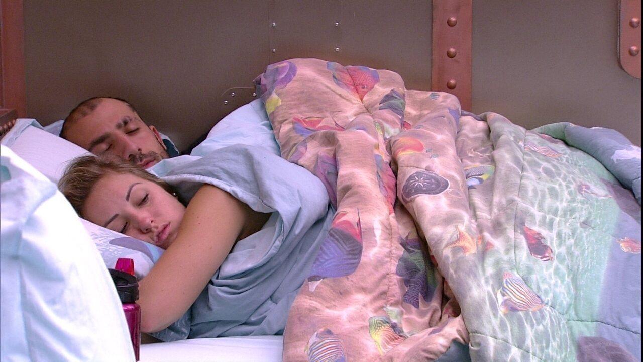 Kaysar volta a deitar ao lado de Jéssica depois do Raio-X