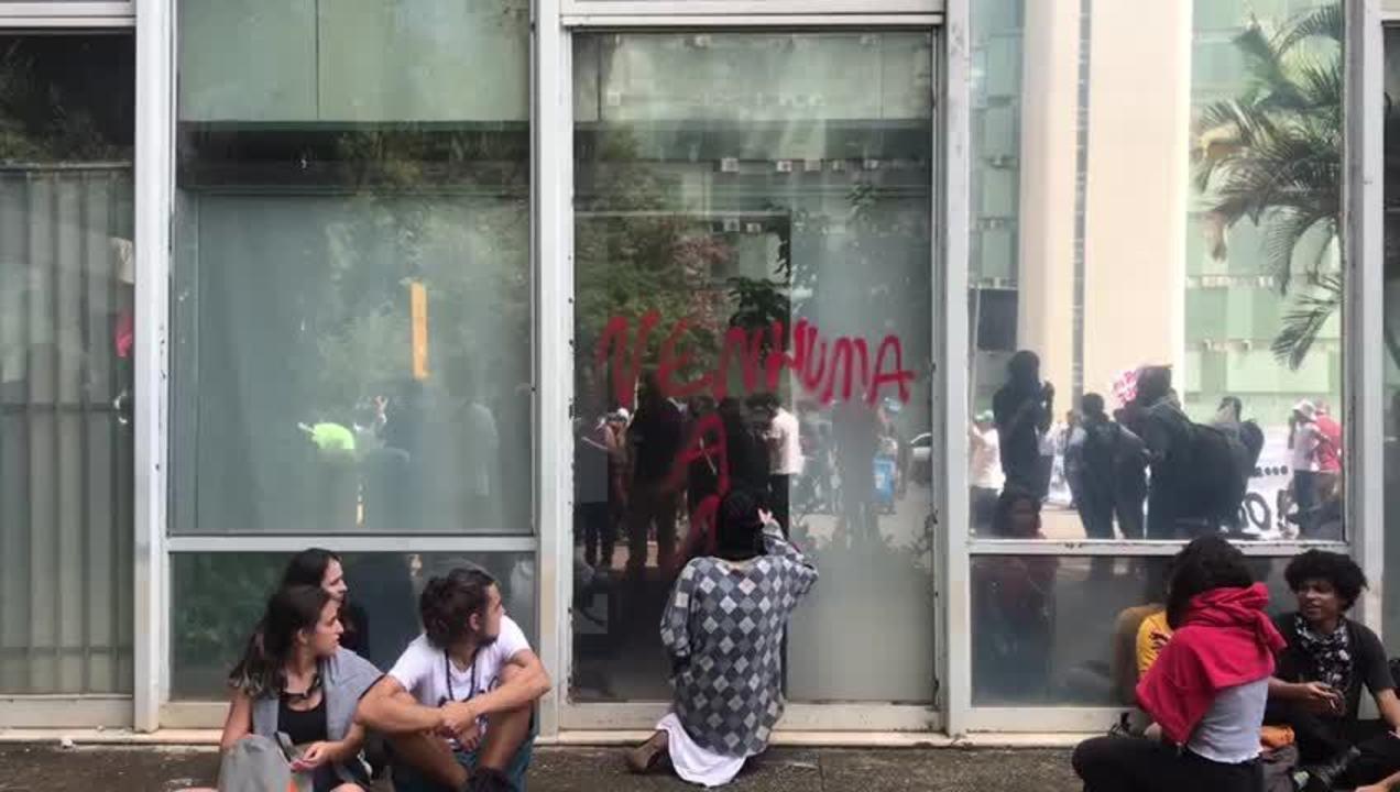 Manifestante picha vidro no Ministério da Educação