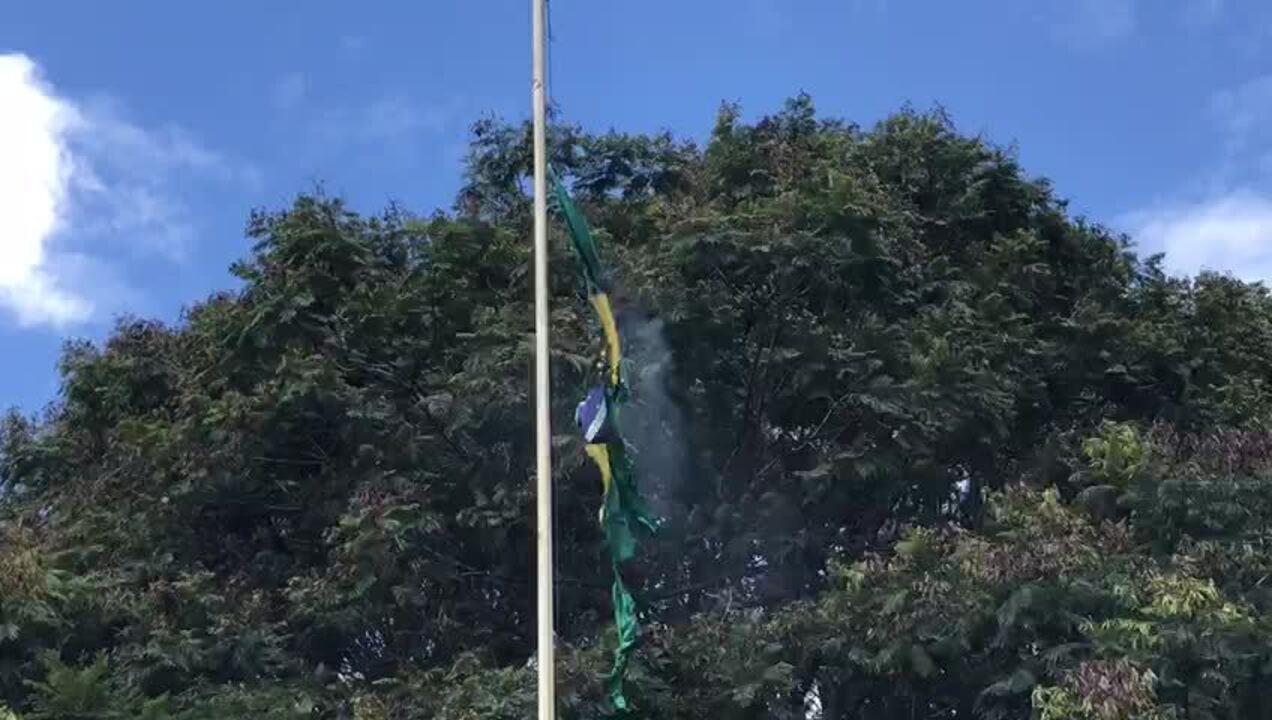 Estudantes da UnB queimam bandeira do Brasil em protesto em frente ao MEC