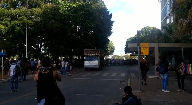 Confronto entre estudantes da UnB e policiais em Brasília