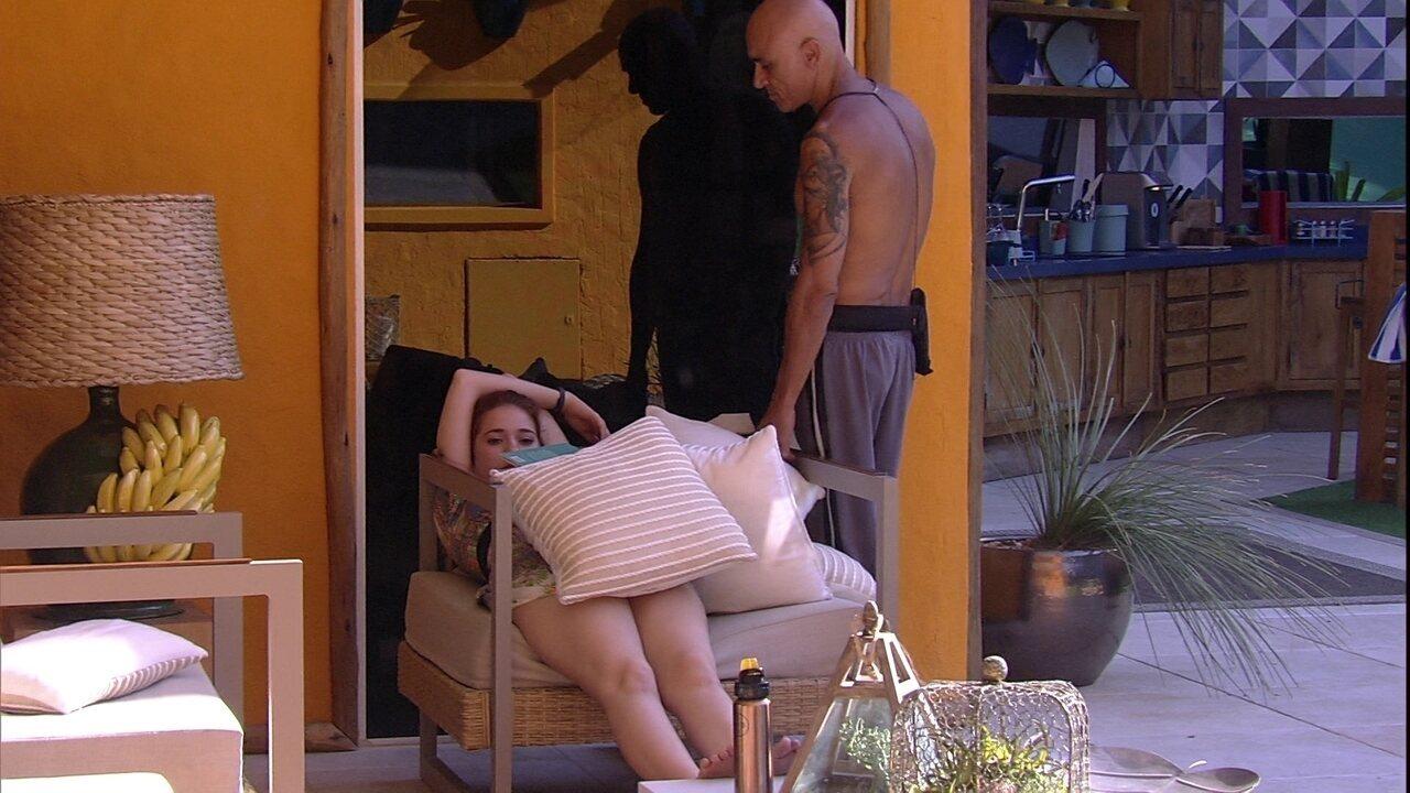 Ayrton brinca com Ana Clara: 'Pessoa que dorme'