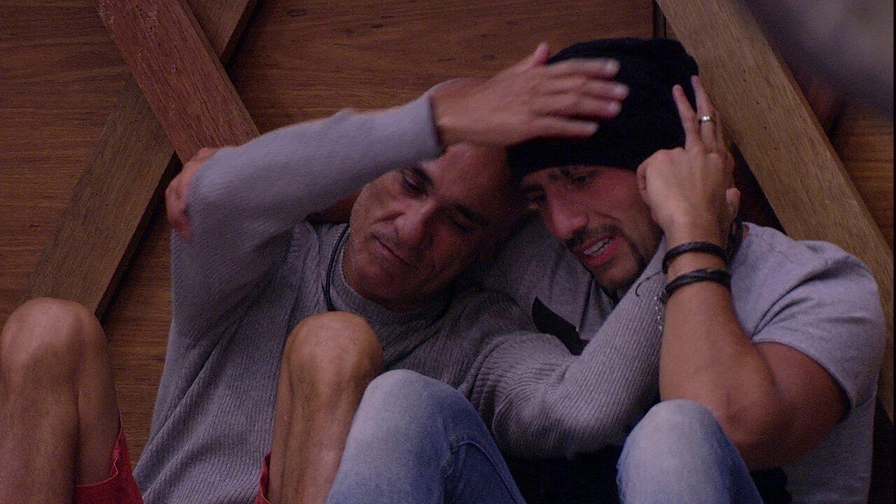 Ayrton abraça Kaysar e diz: 'Sabia que você ia ficar'