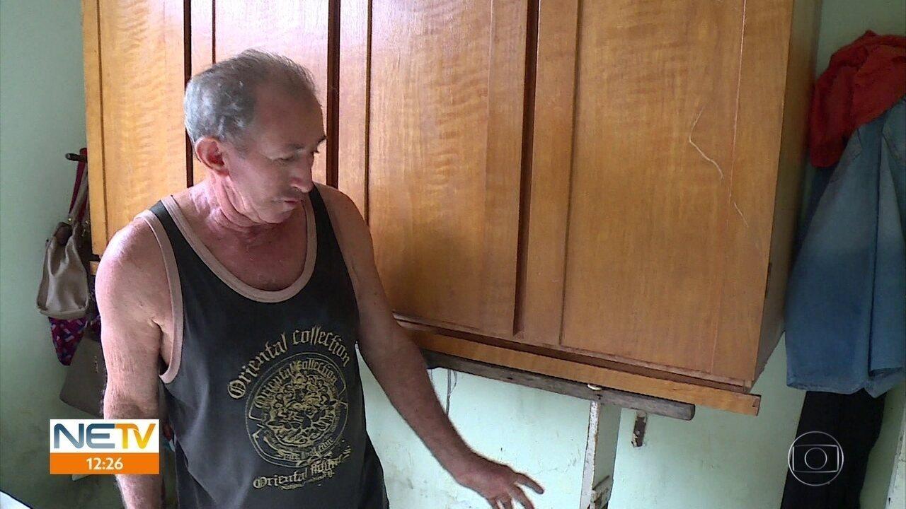 Moradores do Porto da Madeira levantam móveis de casa temendo alagamentos