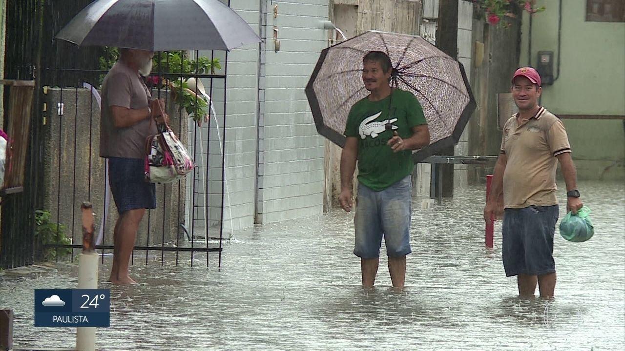 Moradores do Porto da Madeira sofrem com inundações, na Zona Norte do Recife