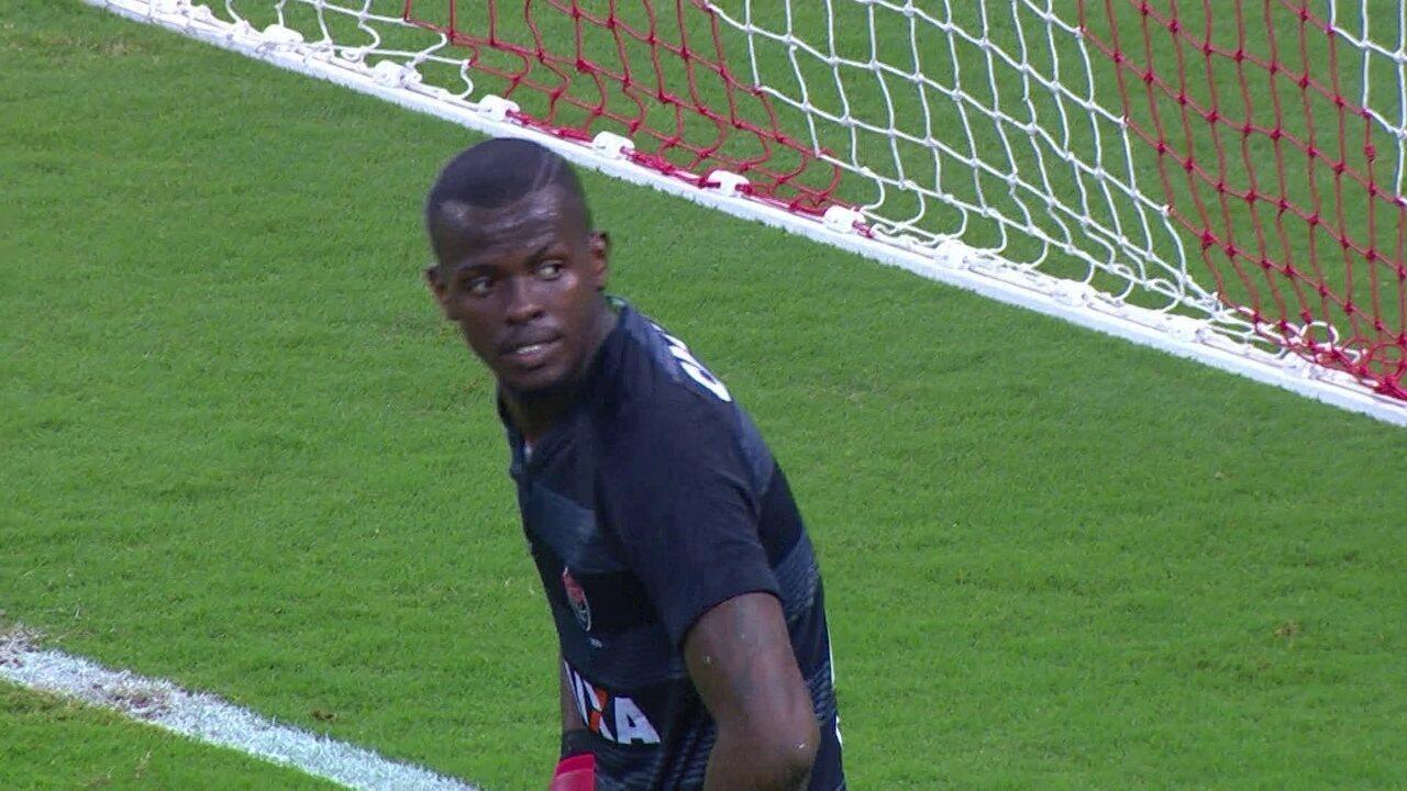b0c4369c6e3b2 Gol do Internacional! D Alessandro cobra falta direto para o gol e Caíque  aceita