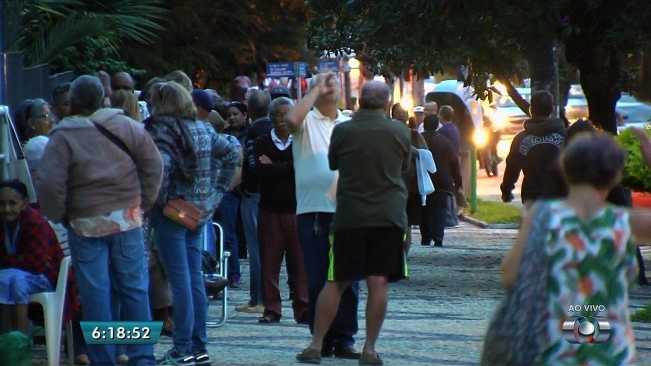 Idosos enfrentam filas quilométricas no 1º dia de vacinação contra H1N1 em Goiânia