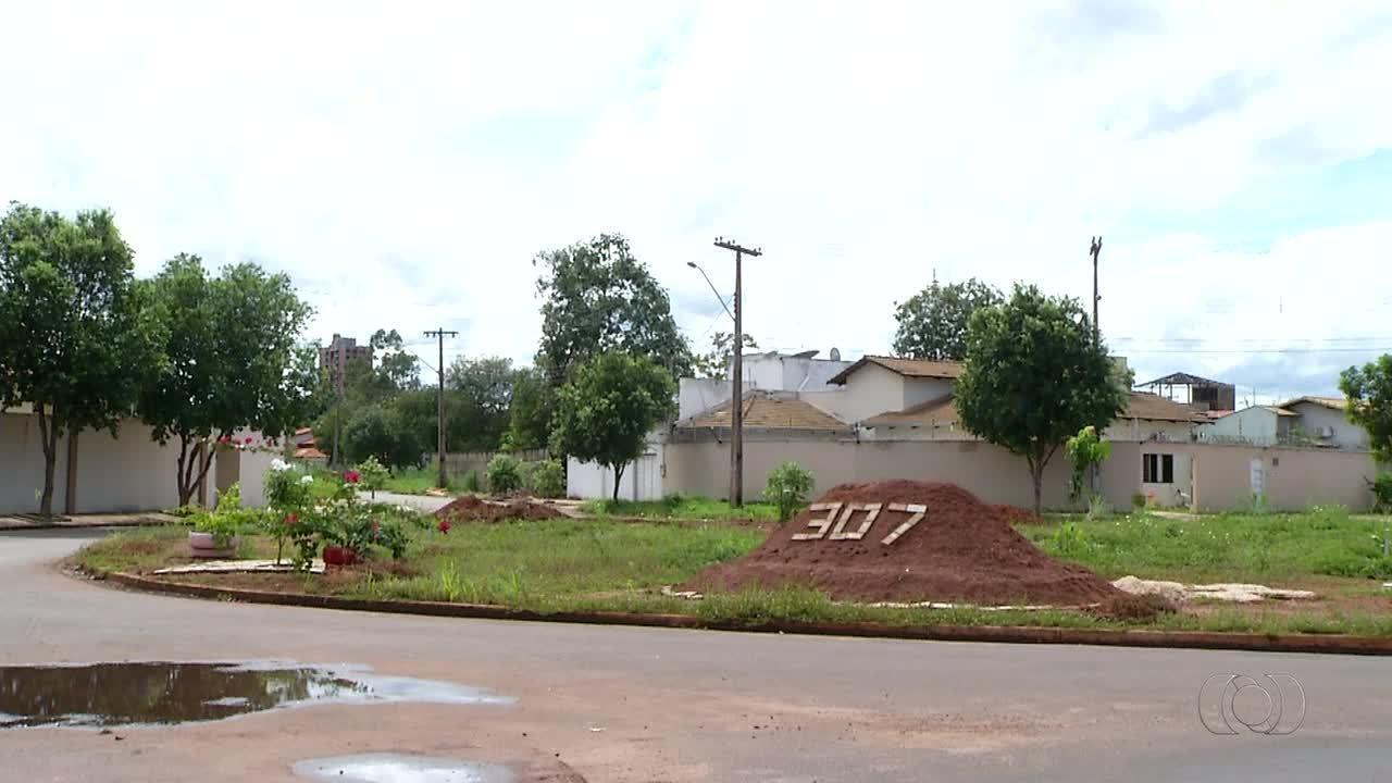 Cansados de esperar por identificação da quadra, moradores colocam endereço em canteiro