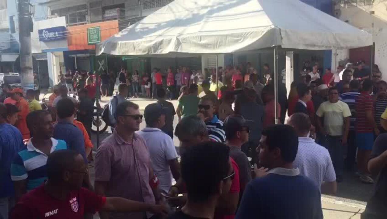PMs e bombeiros fecham rua no centro de Maceió enquanto aguardam negociação sobre reajuste