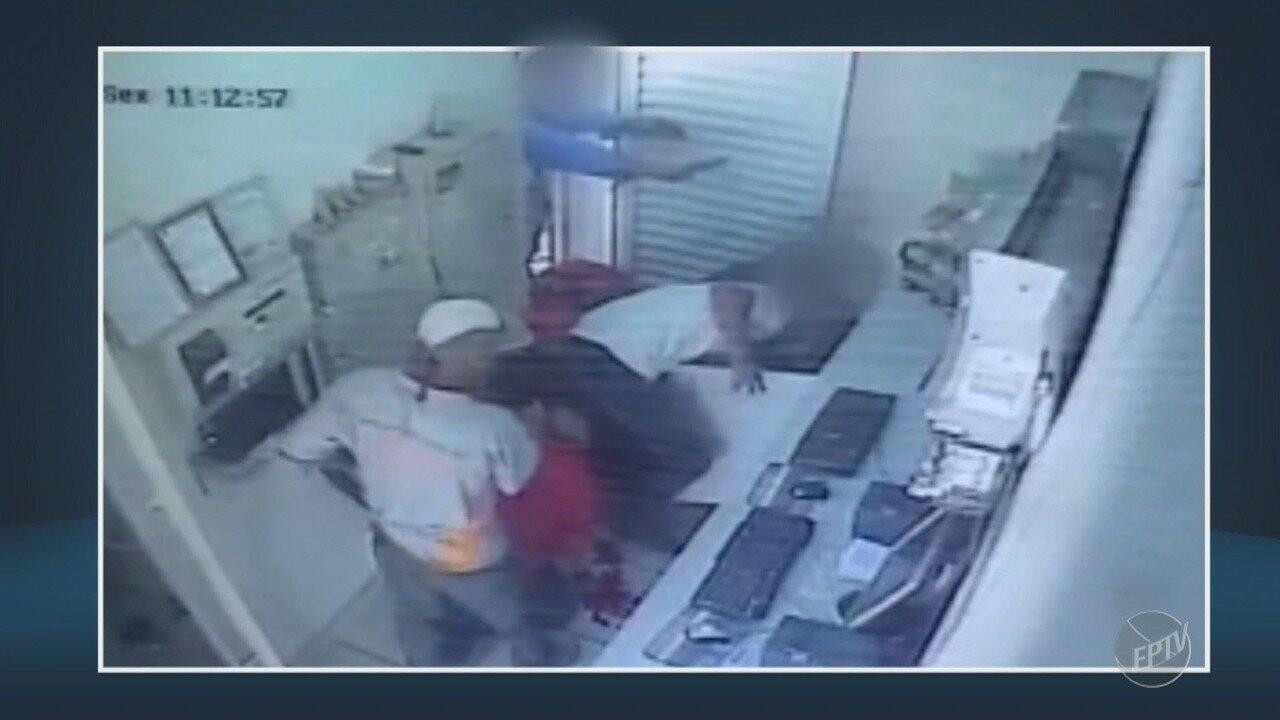Assaltantes invadem posto de gasolina em Santa Bárbara D'Oeste e frentista fica ferido