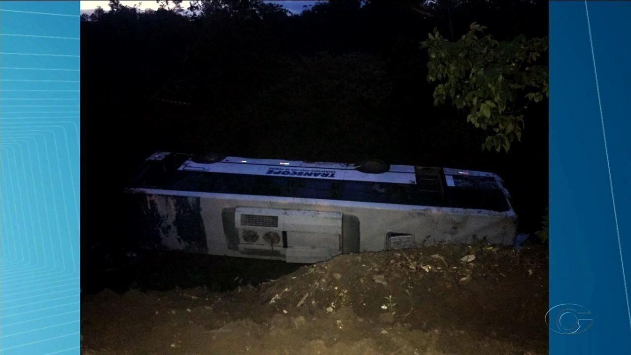 Ônibus com crianças cai de ribanceira em Penedo