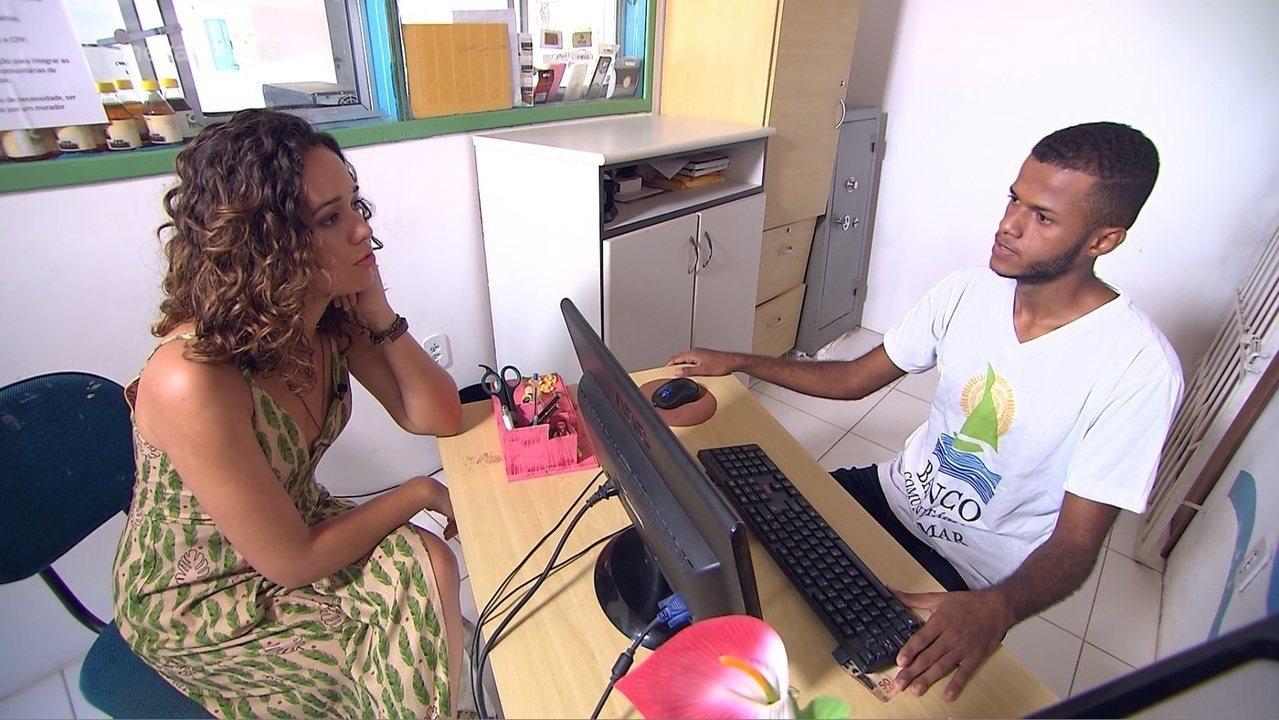 Renata mostra como funciona a economia local de Matarandiba, que tem até moeda própria