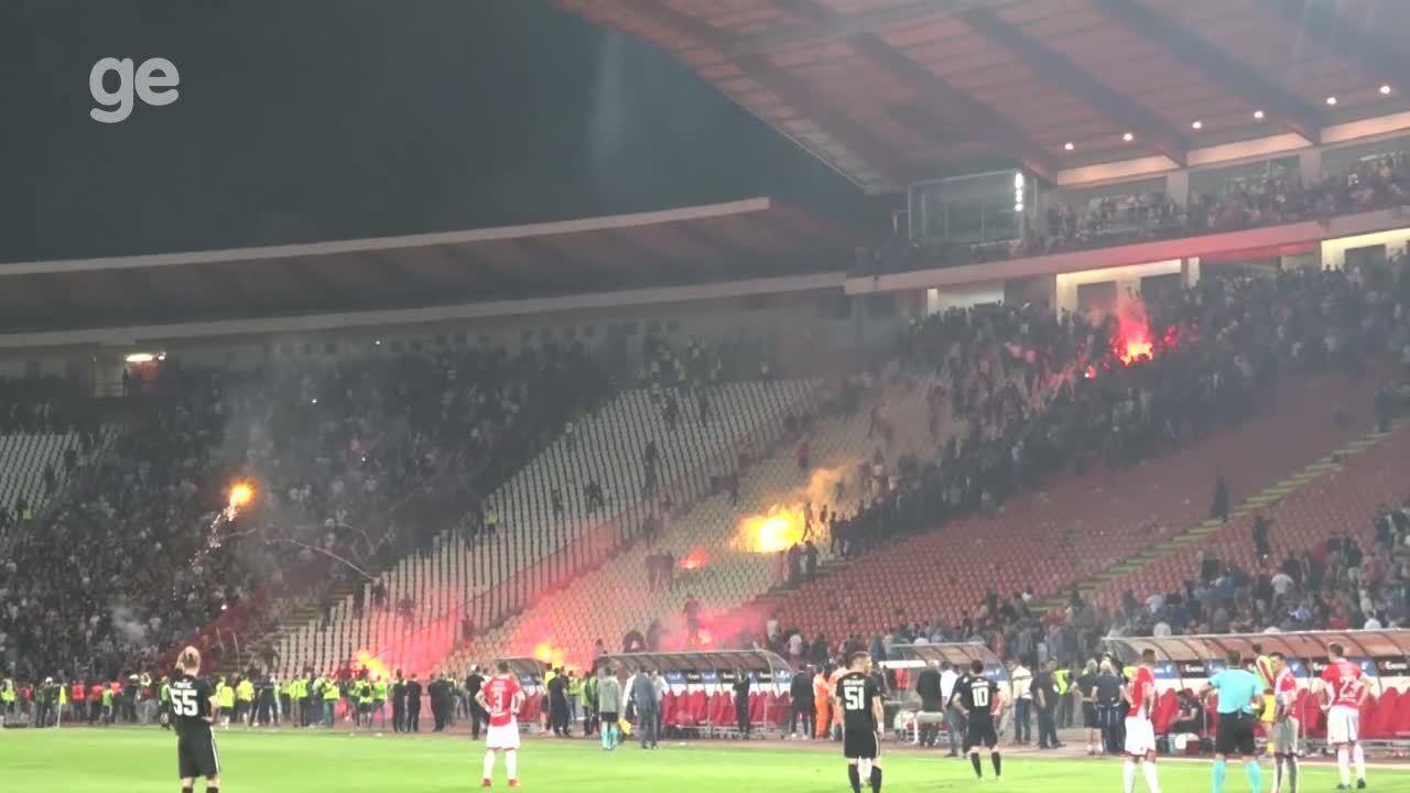 Torcedores brigam no estádio do Estrela Vermelha em Belgrado