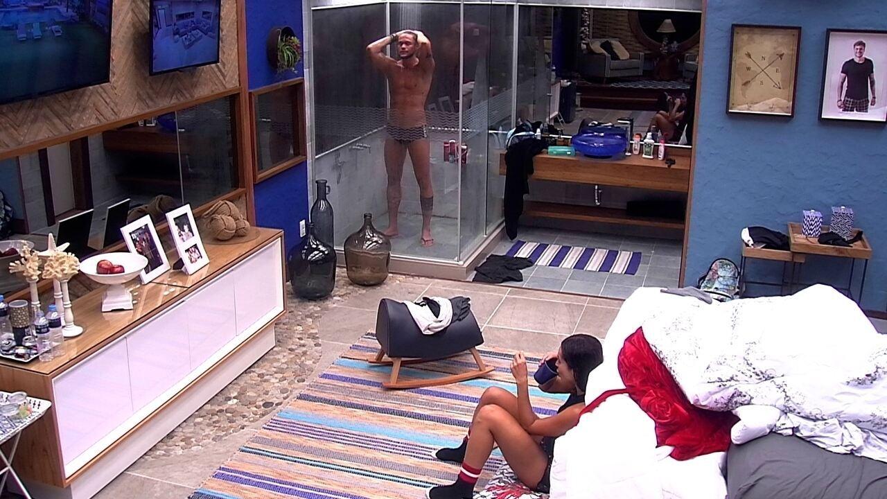 Breno toma banho no Bangalô do Líder, enquanto Paula fica sentada no chão