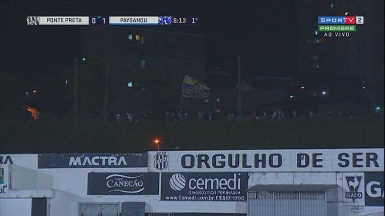 Torcida da Ponte Preta assiste ao jogo contra o Paysandu da linha do trem