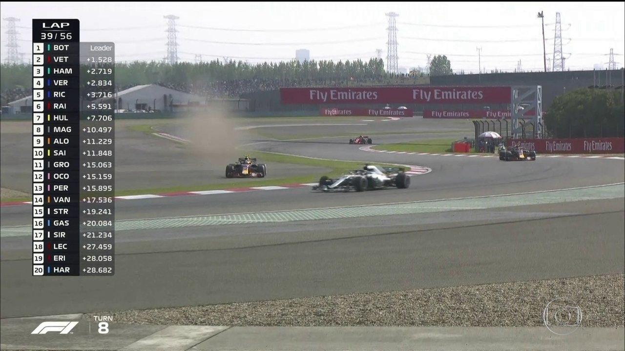 Volta aqui, Verstappen! Durante disputa com Hamilton piloto sai da pista