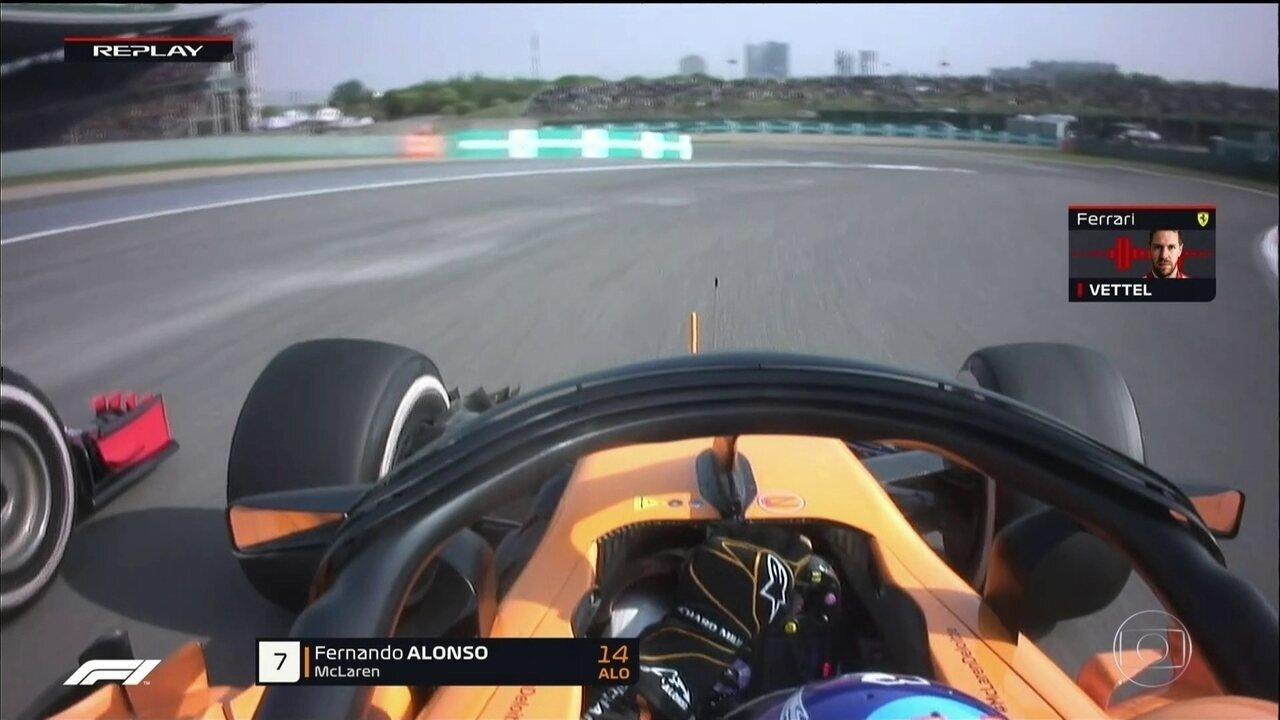 Vettel disputa posição com Alonso e carros se tocam