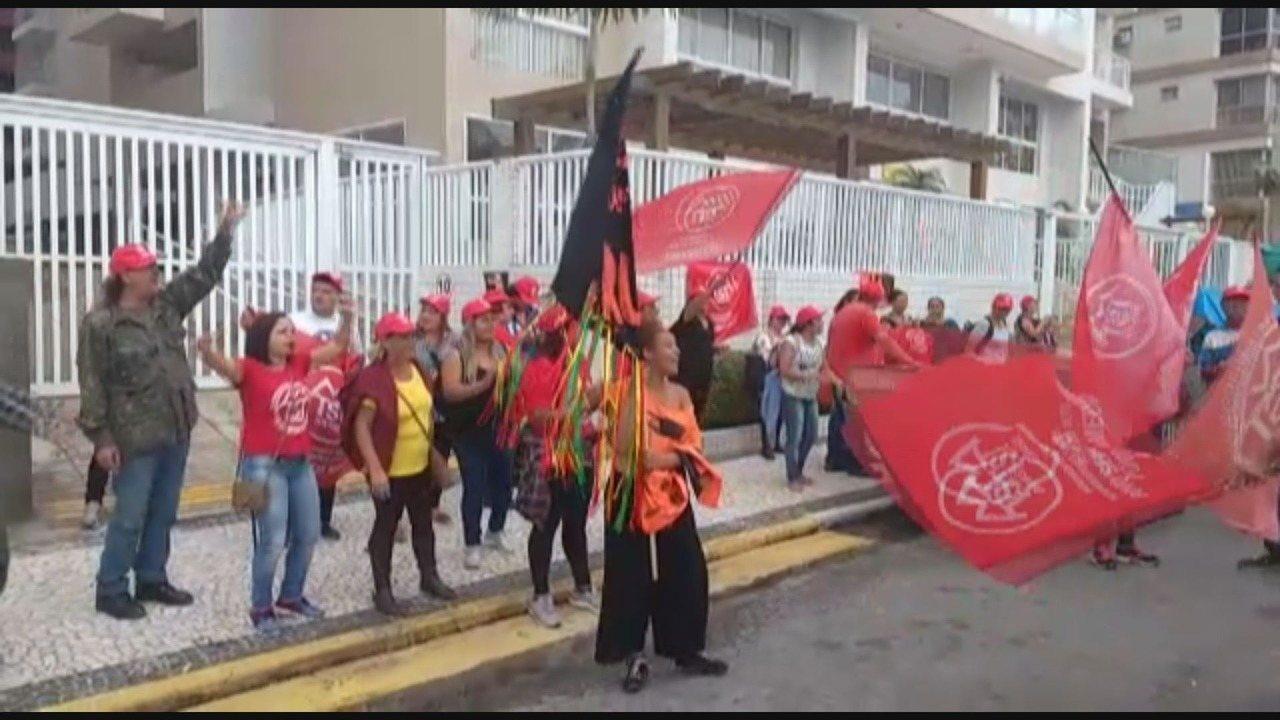 Manifestantes ocupam triplex atribuído ao ex-presidente Lula