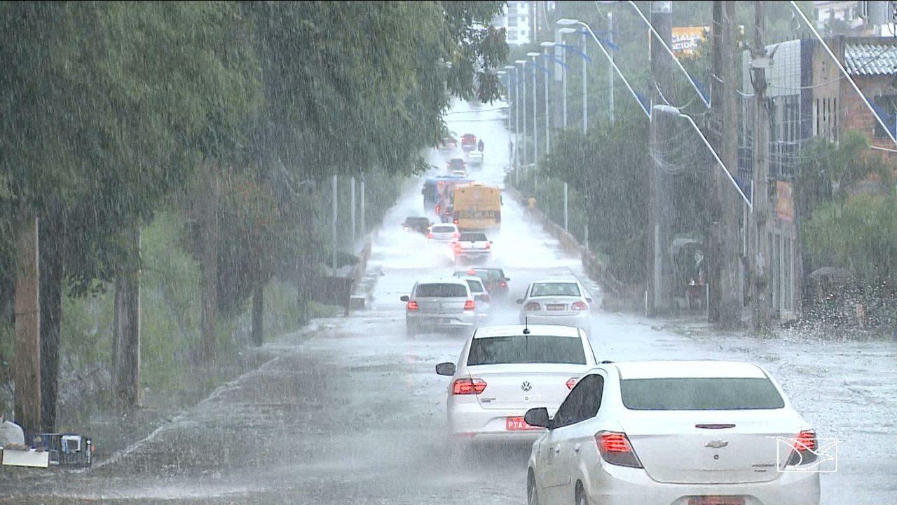 Temporal deixa ruas e avenidas alagadas em São Luís