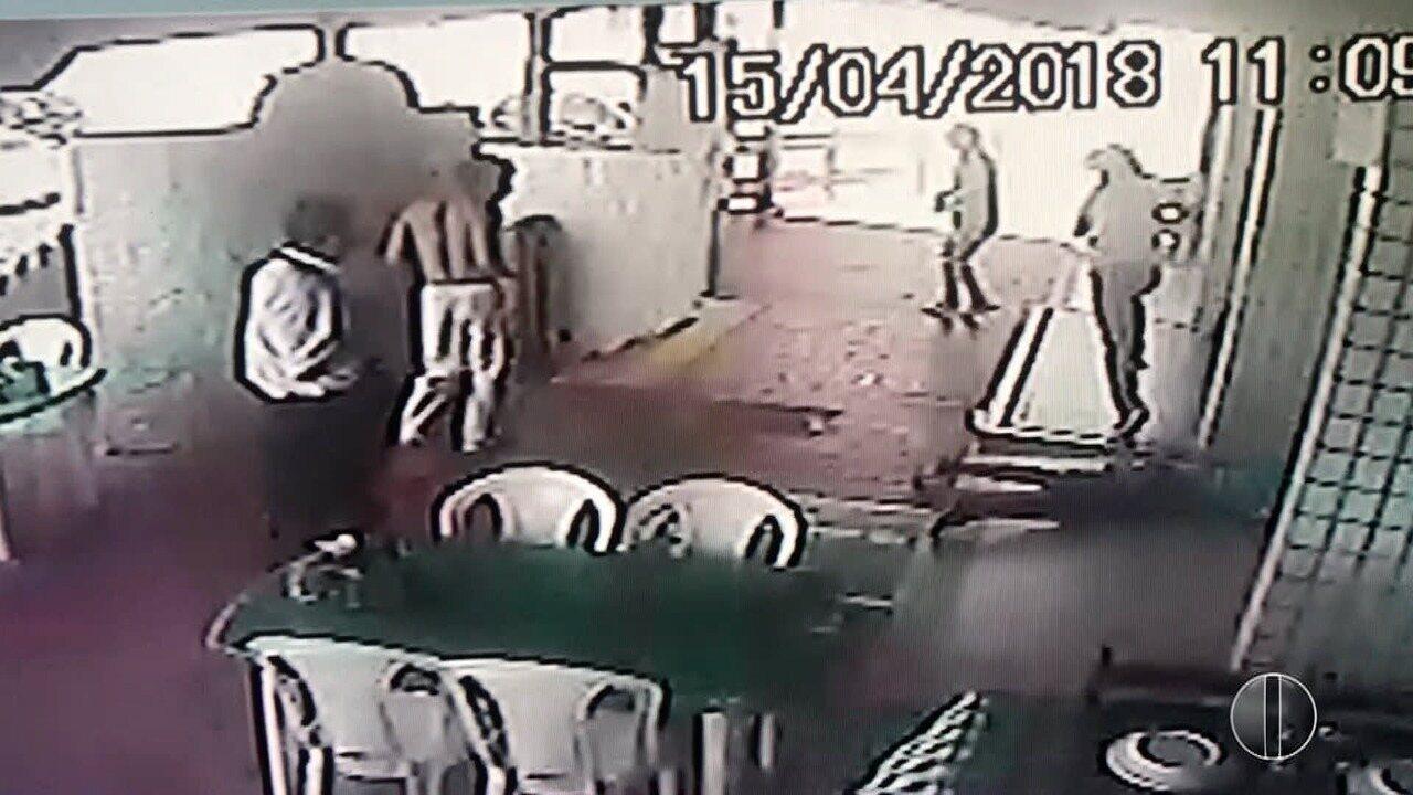 Câmeras de segurança registraram o momento do assassinato dentro do Farol Bar