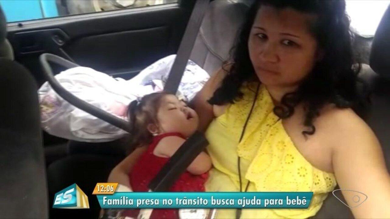 Família presa no trânsito tenta ajuda para bebê com oxigênio, no ES