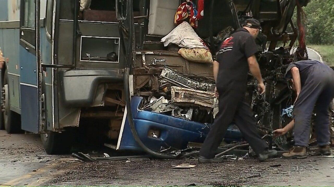 Acidente entre ônibus e caminhão na PR-151 deixam três pessoas feridas