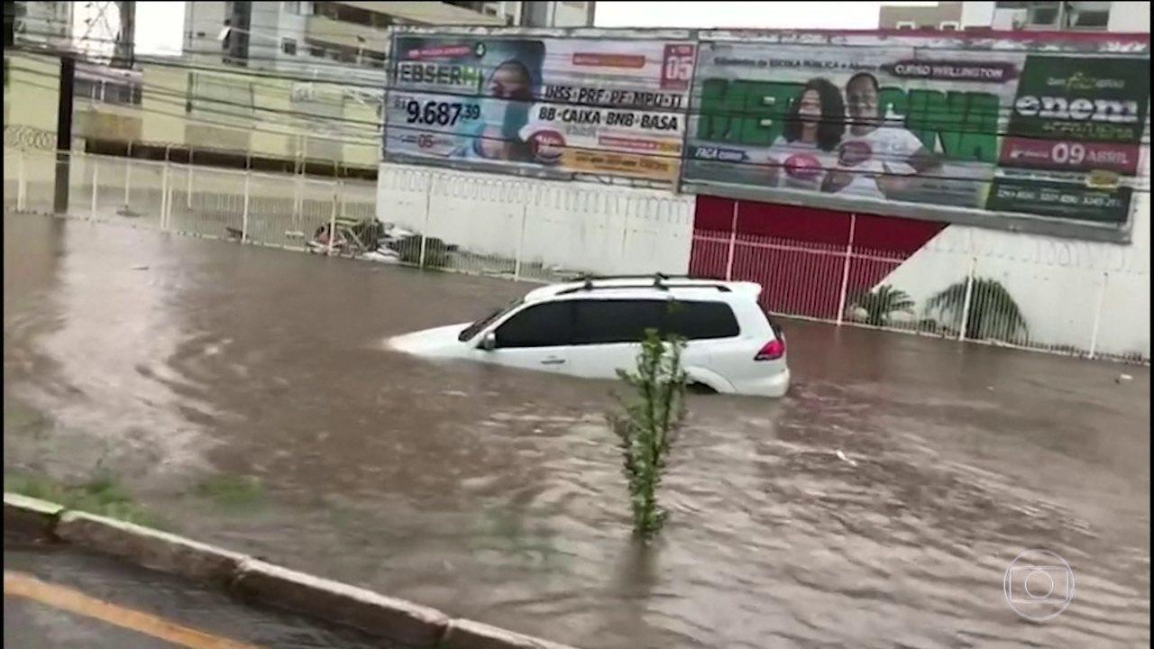 Temporal inunda parte de São Luís na manhã desta segunda-feira