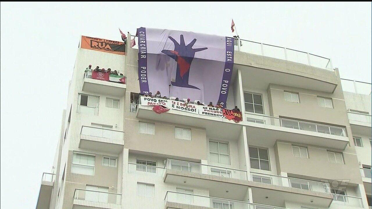 Manifestantes invadem triplex atribuído a Lula em Guarujá