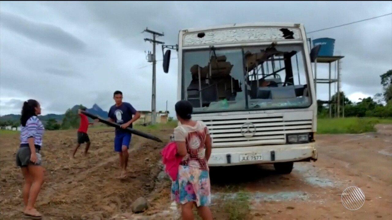 Ônibus escolar é apedrejado por pais e alunos durante protesto na zona rural de Guaratinga