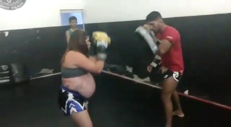 Grávida de oito meses, empresária de Petrolina treina Muay Thai e vídeos fazem sucesso na internet.