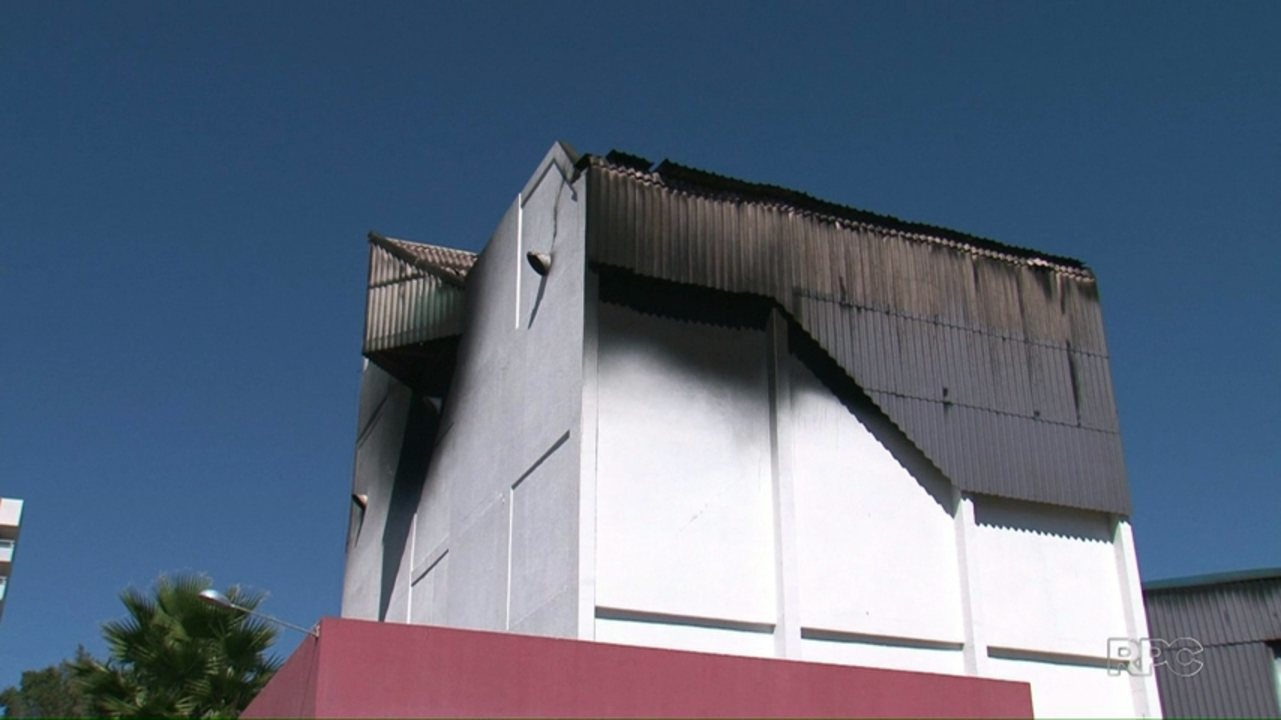 Incêndio atinge teatro municipal de Pato Branco