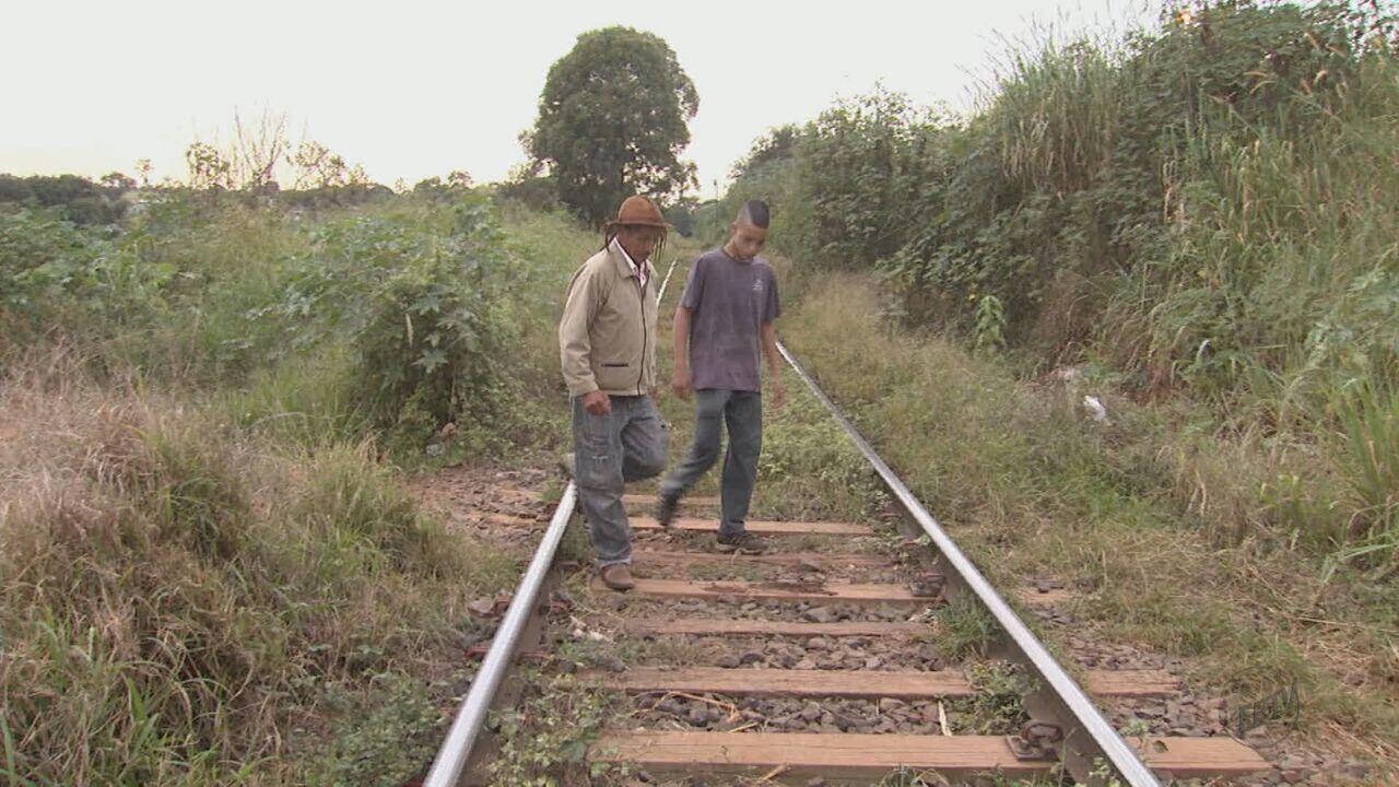 Linha de trem que passa no meio de bairro em Araraquara gera transtornos para moradores