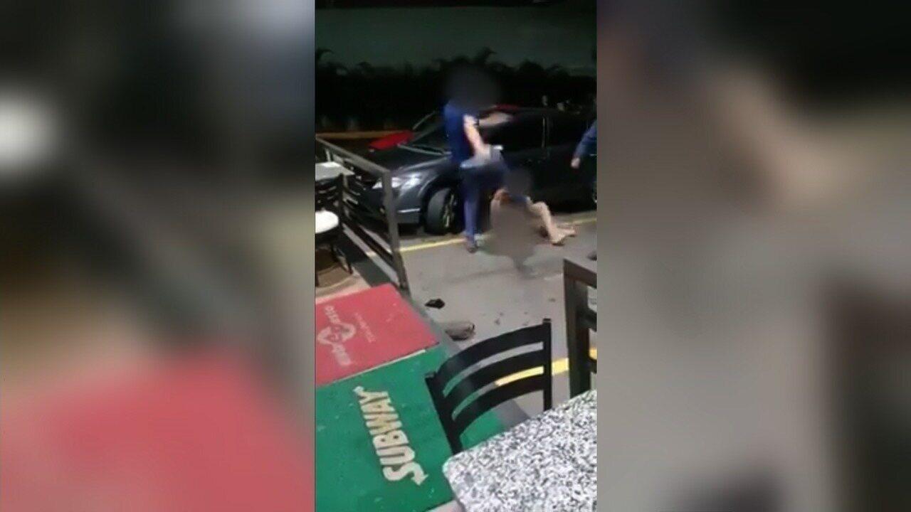 Vídeo mostra travesti sendo espancada em posto de combustível de Goiânia